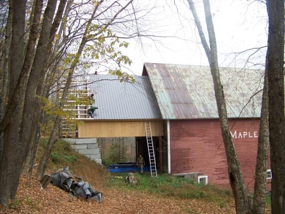 applying roof boards_green mountain timber frames_custom barn homes