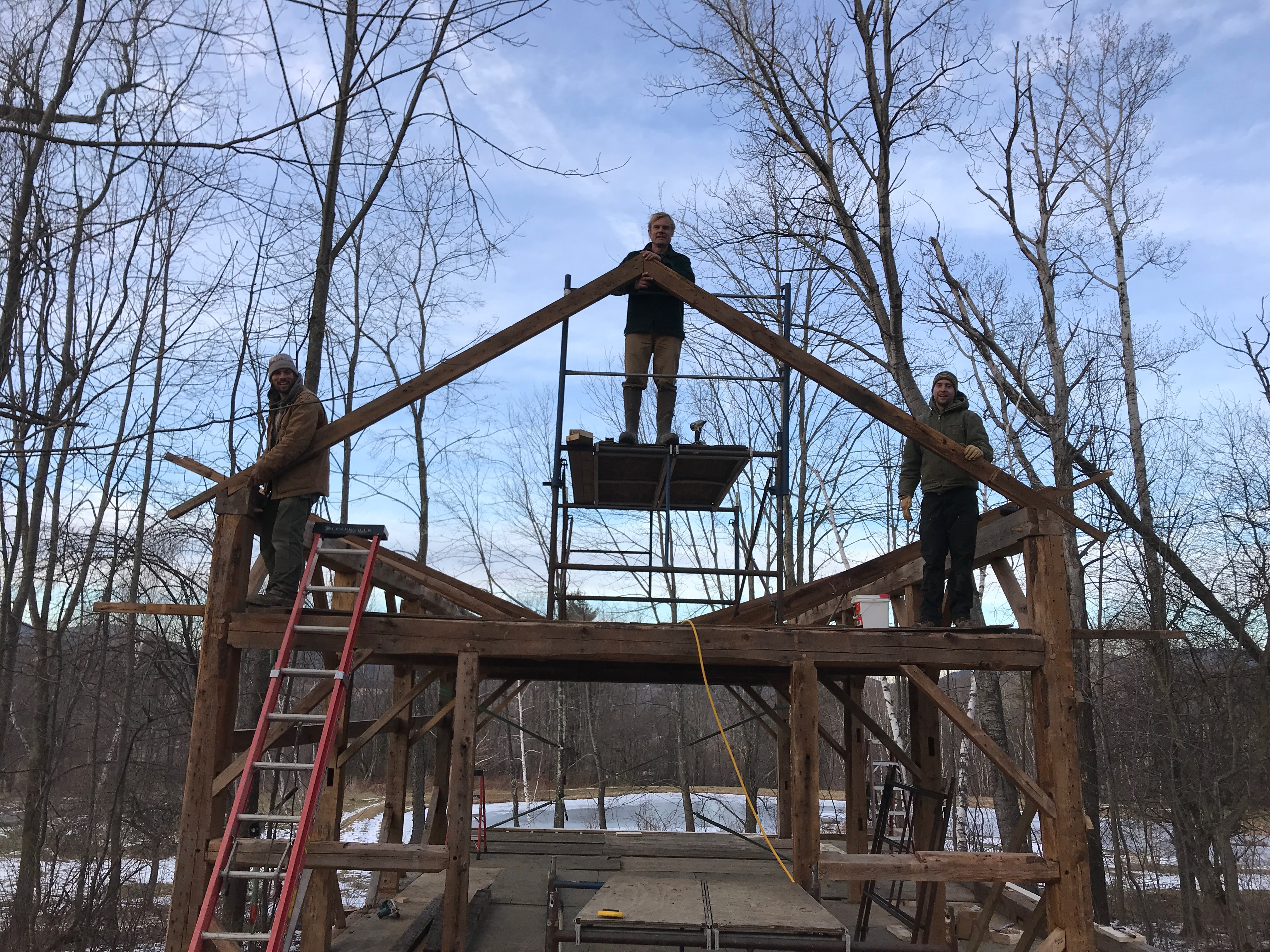 putting up rafters atwater barn green mountain timber frames